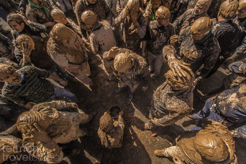 Mourners perfoming the clay ceremony in Loresta, Iran