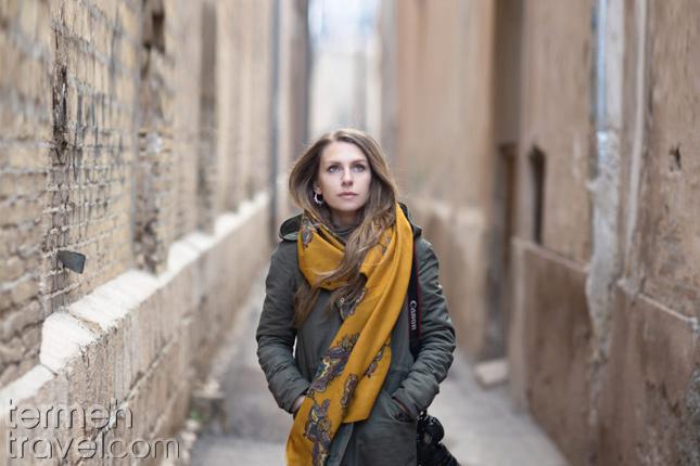 A female traveler in narrow allies in Iran- Termeh Travel