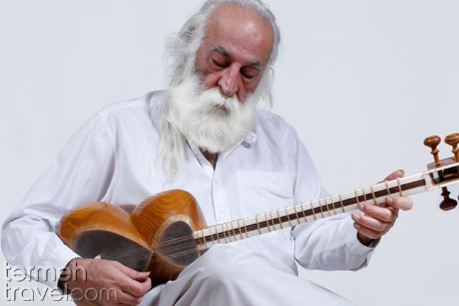 Mohammad-Reza-Lotfi playing setar- Termeh Travel